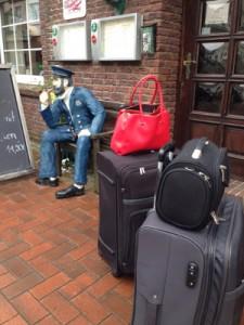 Man möchte schon wissen, wem die rote Tasche gehört ... (Foto: Alina Hess)